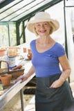 Mujer en la sonrisa del invernadero Foto de archivo libre de regalías
