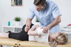 Mujer en la tabla de la fisioterapia fotos de archivo libres de regalías