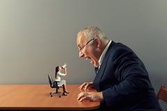 Mujer en la tabla y el hombre de griterío enojado Imagen de archivo libre de regalías