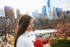 Mujer en la tableta Central Park, New York City fotos de archivo libres de regalías