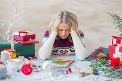 Mujer en la tensión sobre días de fiesta de la Navidad fotos de archivo libres de regalías