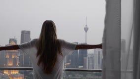 Mujer en la terraza almacen de video