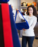 Mujer en la tienda de los bolsos Imagen de archivo libre de regalías