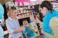 Mujer en la tienda del vestido de lujo que mira la reflexión Fotos de archivo libres de regalías