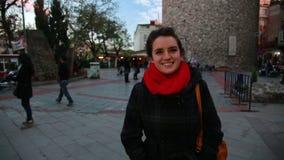 mujer en la torre del galata, Estambul almacen de metraje de vídeo