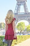 Mujer en la torre Eiffel París, Francia Muchacha turística joven en un vestido romántico rojo de Borgoña que admira las opiniones imagenes de archivo
