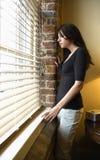 Mujer en la ventana Fotos de archivo