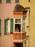 Mujer en la ventana, Bolzano, Italia Imagenes de archivo