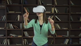 Mujer en las auriculares del vr que mueven de un tirón una pantalla virtual almacen de metraje de vídeo