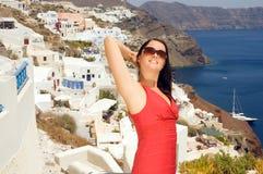 Mujer en las calles de Oia, Santorini, Grecia. Fotografía de archivo libre de regalías