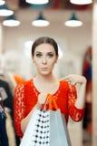 Mujer en las compras rojas del vestido del cordón para la ropa Fotografía de archivo