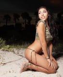 Mujer en las dunas en la noche Fotos de archivo