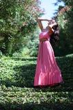 Mujer en las escaleras del verde del jardín imagenes de archivo