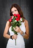 Mujer en las rosas rojas blancas y románticas Fotos de archivo libres de regalías