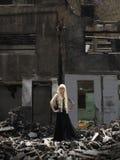 Mujer en las ruinas Fotografía de archivo