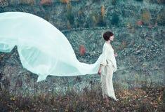 Mujer en las telas blancas del vuelo Foto de archivo libre de regalías