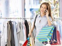 Mujer en llamada de teléfono en departamento Imagen de archivo libre de regalías