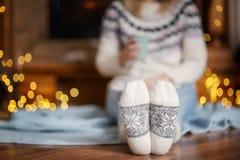 Mujer en los calcetines calientes que se relajan en la sala de estar adornada Fotos de archivo