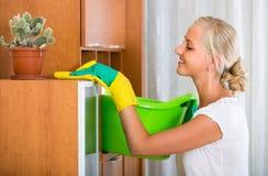 Mujer en los guantes de goma que limpian dentro Fotografía de archivo