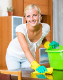 Mujer en los guantes de goma que limpian dentro Foto de archivo libre de regalías