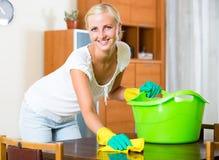 Mujer en los guantes de goma que limpian dentro Fotografía de archivo libre de regalías