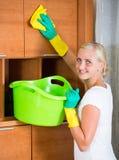 Mujer en los guantes de goma que limpian dentro Fotos de archivo libres de regalías