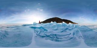 Mujer en los morones azules del hielo Baikal en la puesta del sol Vr esférico 360 180 grados de panorama Imagen de archivo
