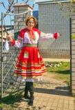 Mujer en los sundress nacionales rusos Foto de archivo