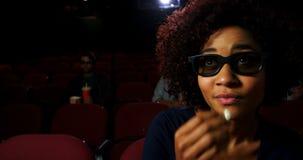 Mujer en los vidrios 3d que mira la película 4k almacen de metraje de vídeo