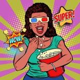 Mujer en los vidrios 3D que mira una película, sonriendo y comiendo las palomitas imágenes de archivo libres de regalías
