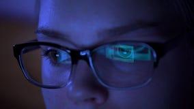 Mujer en los vidrios que practican surf Internet en la tableta en la noche almacen de metraje de vídeo