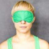 Mujer en máscara del sueño Imagenes de archivo