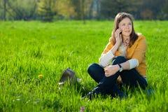 Mujer en móvil en el parque Fotos de archivo