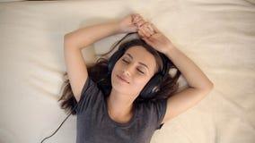 Mujer en música que escucha del amor en cama almacen de video