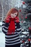 Mujer en manoplas rojas imagen de archivo