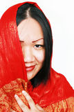 Mujer en mantón de seda rojo foto de archivo libre de regalías