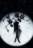 Mujer en maquillaje del cráneo y esqueletos negros Imagen de archivo