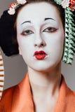 Mujer en maquillaje del geisha y un kimono japonés tradicional Estudio, interior Imagenes de archivo