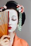 Mujer en maquillaje del geisha y un kimono japonés tradicional Estudio, interior Imágenes de archivo libres de regalías