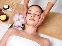 Mujer en masaje de cara en salón del balneario Fotos de archivo libres de regalías