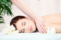 Mujer en masaje del hombro Imagen de archivo