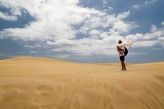 Mujer en Maspalomas ventoso Duna fotos de archivo