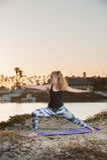 Mujer en medias del modelo con la base fuerte en la salida del sol Imagenes de archivo