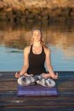 Mujer en medias del modelo que encuentra el lugar ideal para meditar Foto de archivo libre de regalías