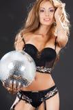Mujer en medias negras con la bola de discoteca Imágenes de archivo libres de regalías