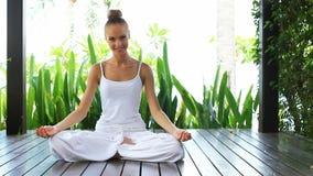 Mujer en meditar de la posición de loto almacen de video
