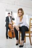 Mujer en melodía de los juegos de la silla y del hombre Imágenes de archivo libres de regalías