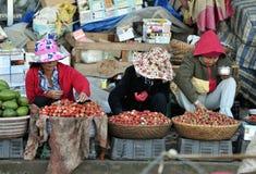 Mujer en mercado ocupado en Vietnam fotografía de archivo