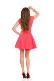 Mujer en Mini Dress And High Heels rosado Visión trasera Foto de archivo libre de regalías