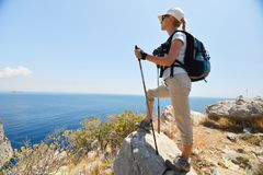 Mujer en montaña Foto de archivo libre de regalías
